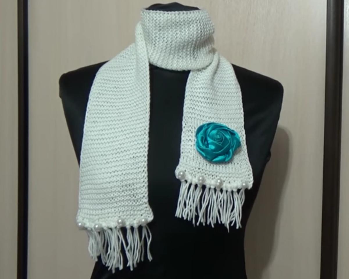 Белый шарф с розочкой.