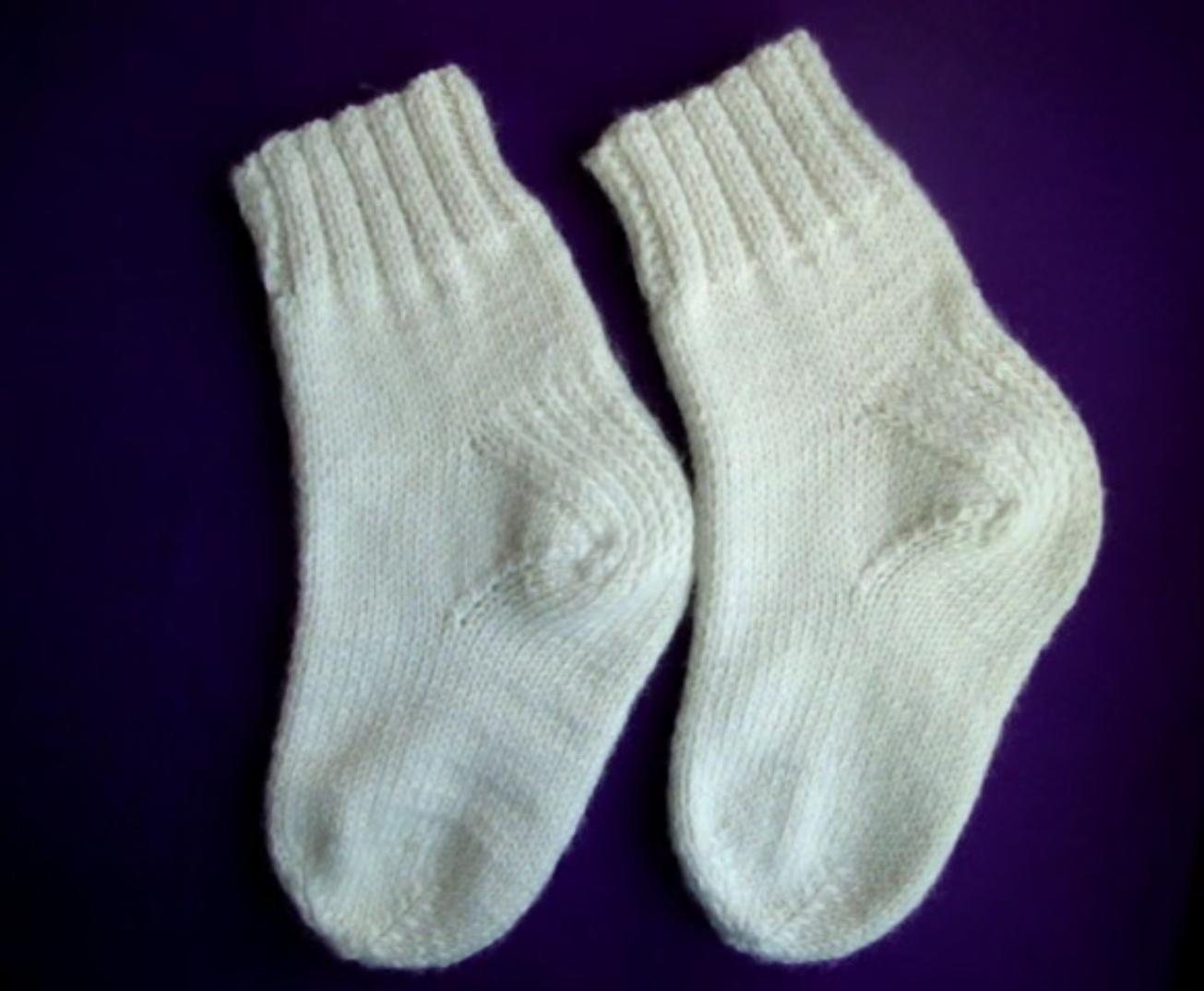 Белые носочки 2-мя спицами
